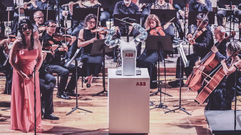 This robot just conducted an Italian orchestra in front of 800 people